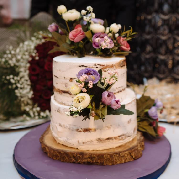 Wedding Cake Design: 5 Ways to use fresh flowers on the cake to steal the show