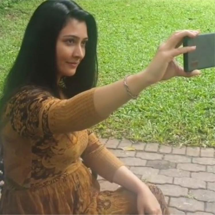 Yash and Ayra secretly record Radhika Pandit as she tries to get a perfect selfie angle; Watch VIDEO