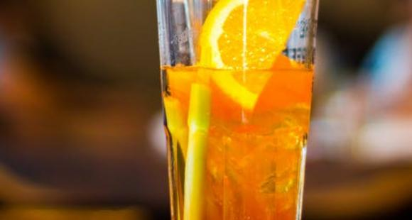 Ditch the regular sugary drinks and try THIS easy homemade drink with carbonated water