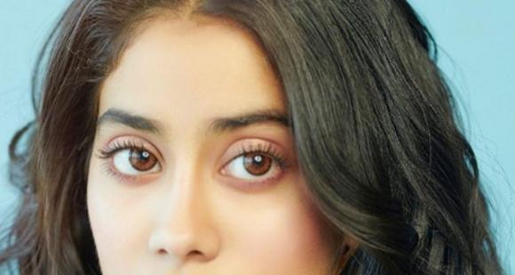 Janhvi Kapoor sends out some weekend love to fans with a gorgeous click and we are all hearts; See PHOTO