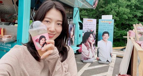 Park Shin Hye receives a special surprise from her Doctors co star Lee Sung Kyung on the sets of new drama