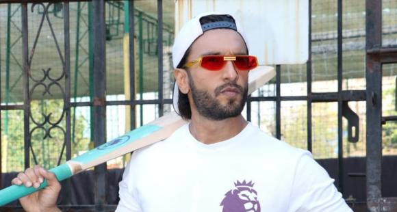 WATCH: Ranveer Singh and the paparazzi are so EXTRA as actor poses for them with his cricket bat
