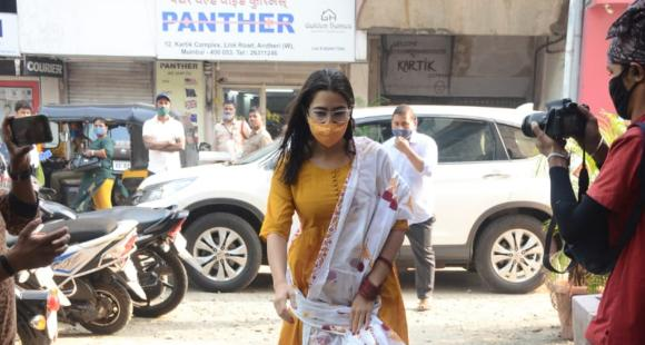 PHOTOS: Sara Ali Khan makes a splash in a traditional outfit as she gets papped in the city - PINKVILLA