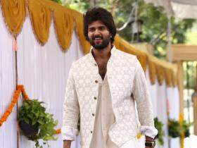 Vijay Deverakonda looks dashing in a Kunal Rawal outfit & is nothing less than a treat for the eyes