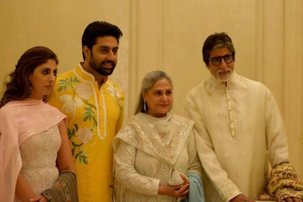Amitabh Bachchan Poses For A Photo With Wife Jaya Bachchan, Son Abhishek  Bachchan And Daughter Shweta Bachchan Nanda At His House