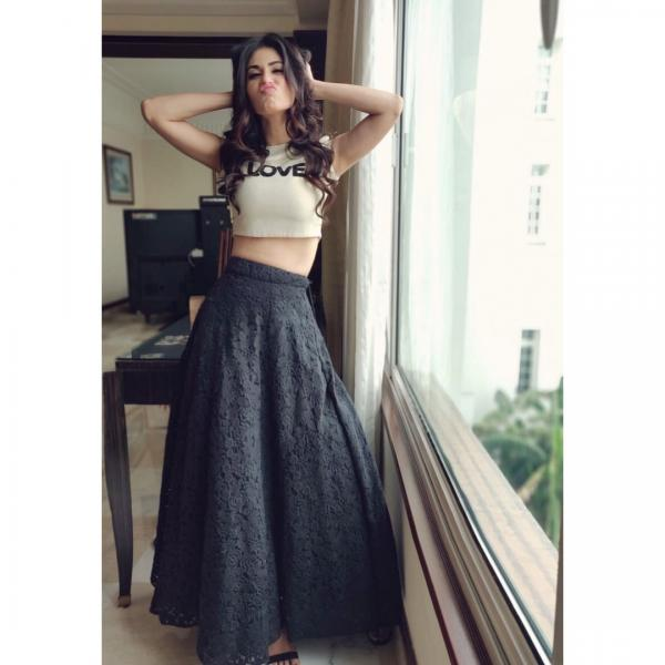480997c9f38216 Mouni Roy who recently made her big Bollywood debut with Gold, however here  she has left us disappointed with her look. She donned an off-white crop top  ...