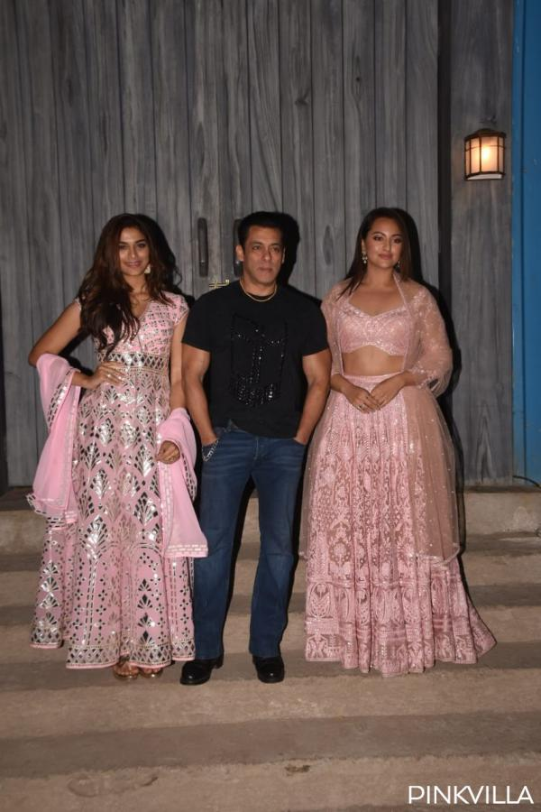 whatsapp_image_2019-12-06_at_11.06.29_pm PHOTOS: Salman Khan welcomes group Dabangg three on the units of Bigg Boss 13 for promotions