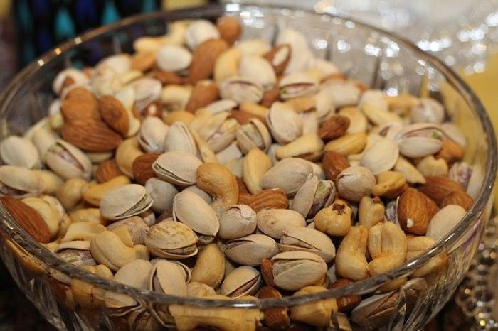 Cashews vs Almonds: Which healthy nut you should choose and why