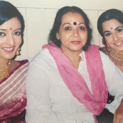 Down the memory lane! Vidya shares a picture posing with her mom and Raima on the sets of Parineeta