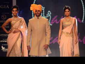 Karanvir Bohra turns into celeb showstopper at IIJW! (PICS)