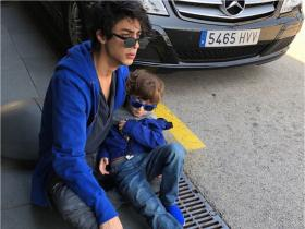 PHOTOS: Shah Rukh Khan and Gauri\'s elder son Aryan Khan is the BEST big brother to AbRam; Check it out